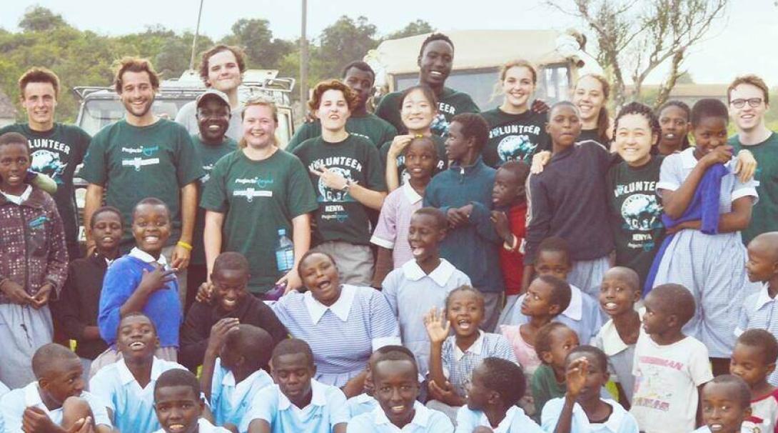 ケニアで地元の子供たちと交流する高校生ボランティア